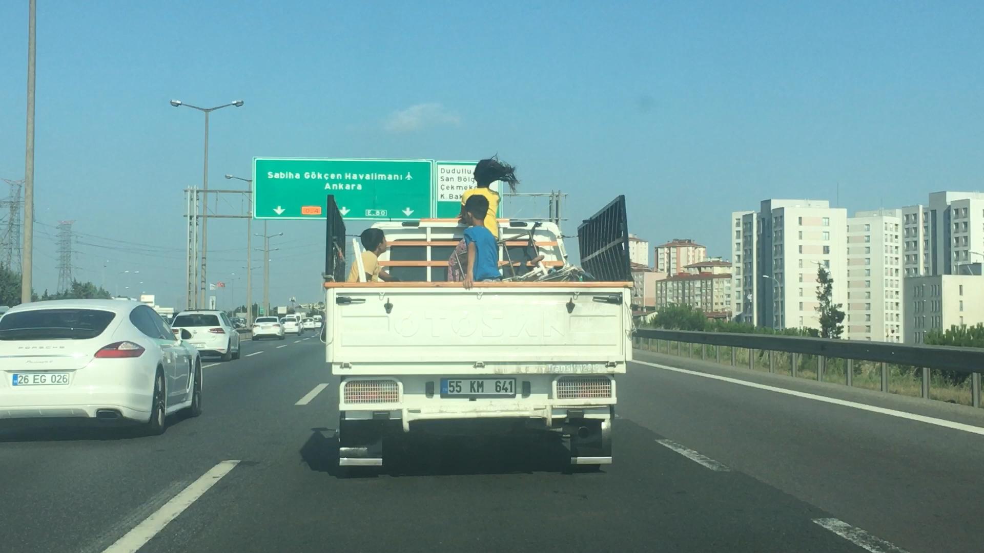 TEM'de kamyonet kasasındaki çocukların tehlikeli yolculuğu