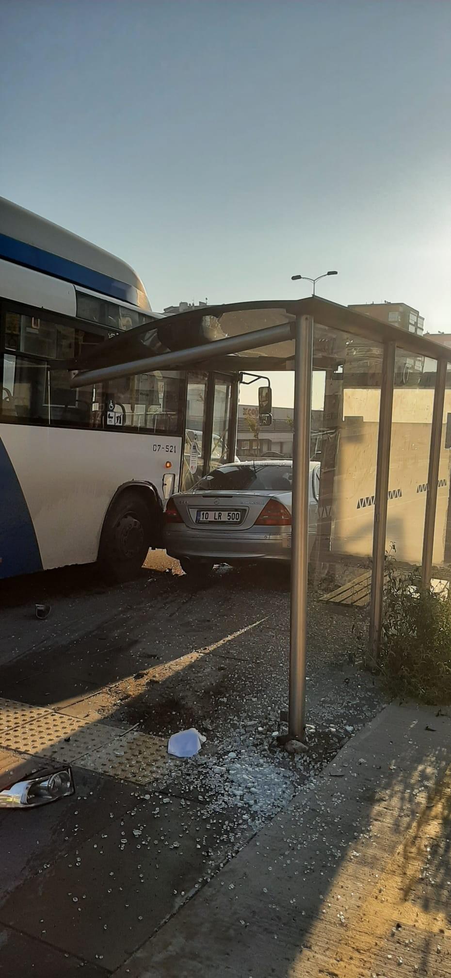 Başkentte kaza yapan araç otobüs durağına daldı: 4 yaralı