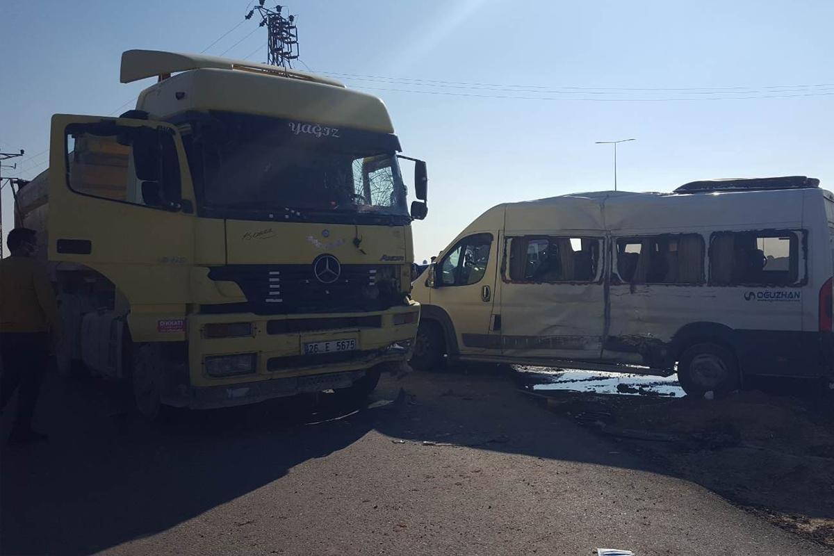 Hafriyat kamyonu ile işçi servisi çarpıştı: 1'i ağır 15 yaralı