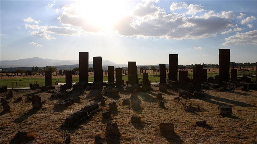 Ahlat Selçuklu Meydan Mezarlığı'nda çok sayıda çocuk mezarı tespit edildi