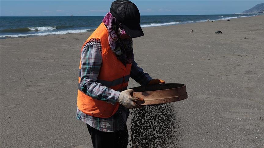 Hatay sahillerinde Suriye kaynaklı petrol sızıntısının temizlik çalışmaları sürüyor