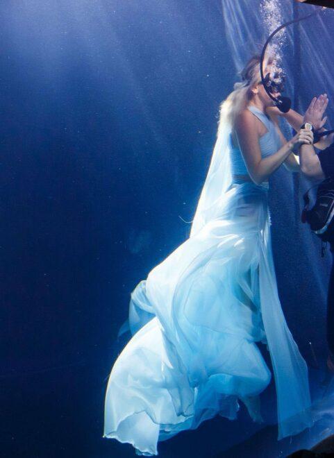 Hadise yeni klibi için elbisesiyle havuza daldı