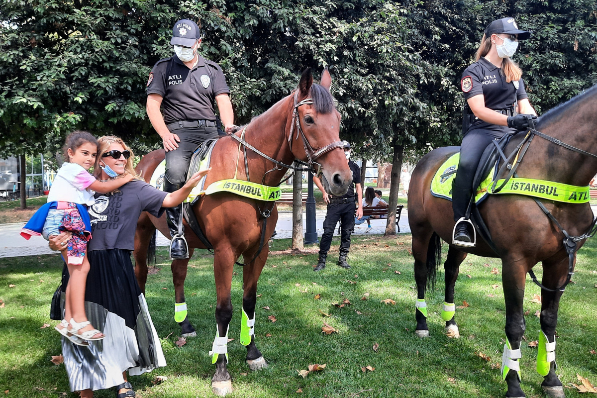 Beşiktaş'ta atlı polislerin denetimi büyük ilgi gördü