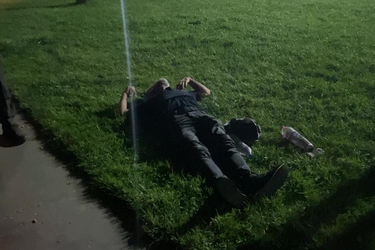 Darıca'da Alkollü şahıs yere yatıp dakikalarca göğsünü yumrukladı