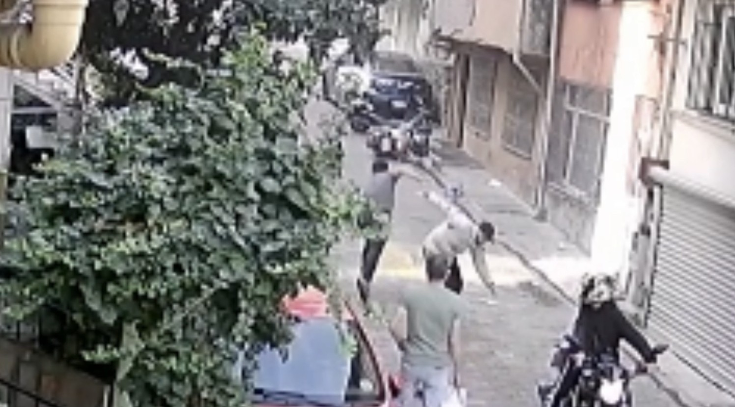 İstanbul'da bıçaklı gasp dehşeti kamerada