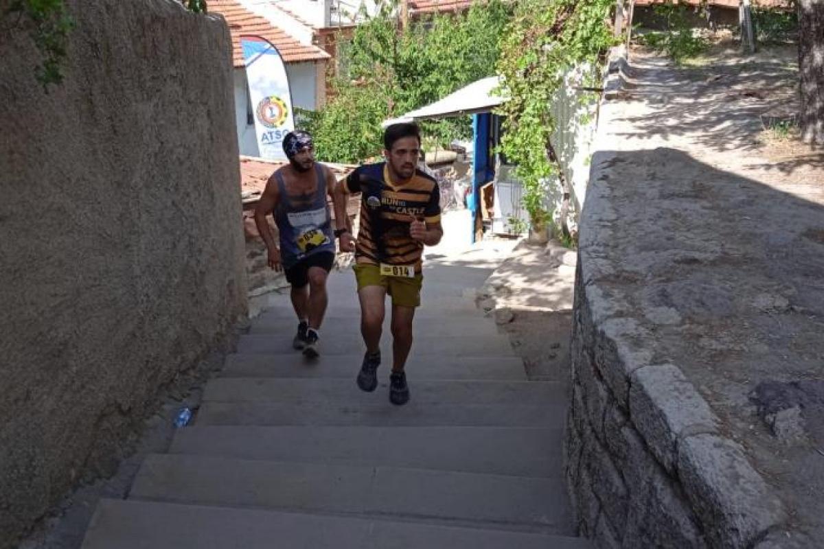 226 metre yükseklikteki tarihi Karahisar Kalesi'ne koşarak çıktılar