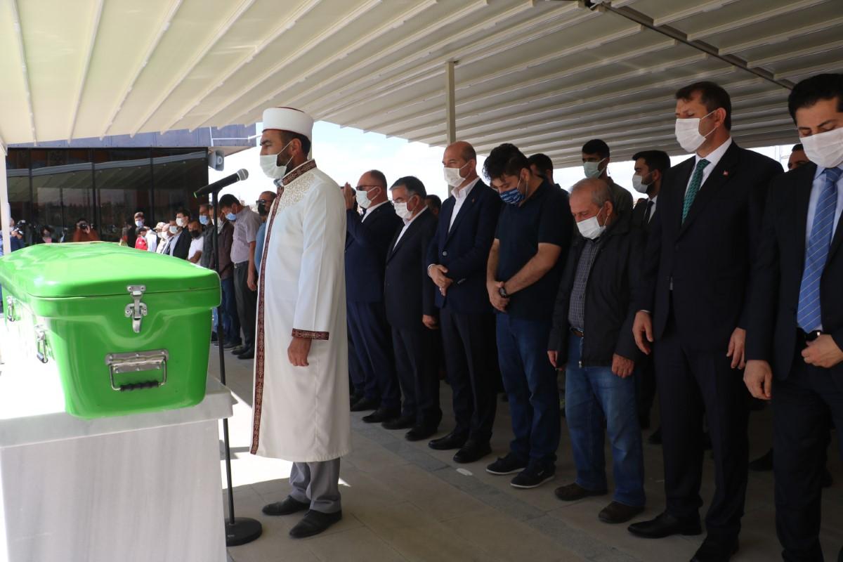Bakan Soylu şehit annesinin cenazesine katıldı