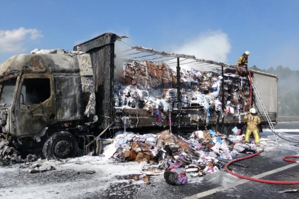 Kuzey Marmara Otoyolu'nda tekstil ürünleri yüklü tır alev alev yandı