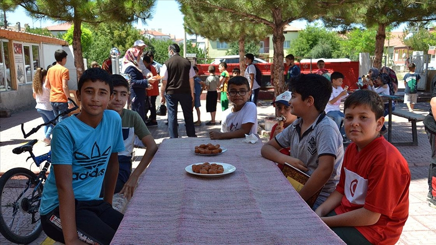 Hayırseverlerin desteğiyle çocuklara camiyi sevdirmek için çalışıyor