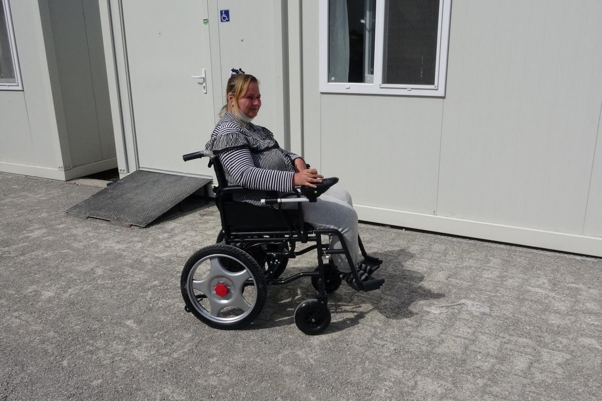 Bozkurtlu selzede engelliye akülü tekerlekli sandalye hediye edildi