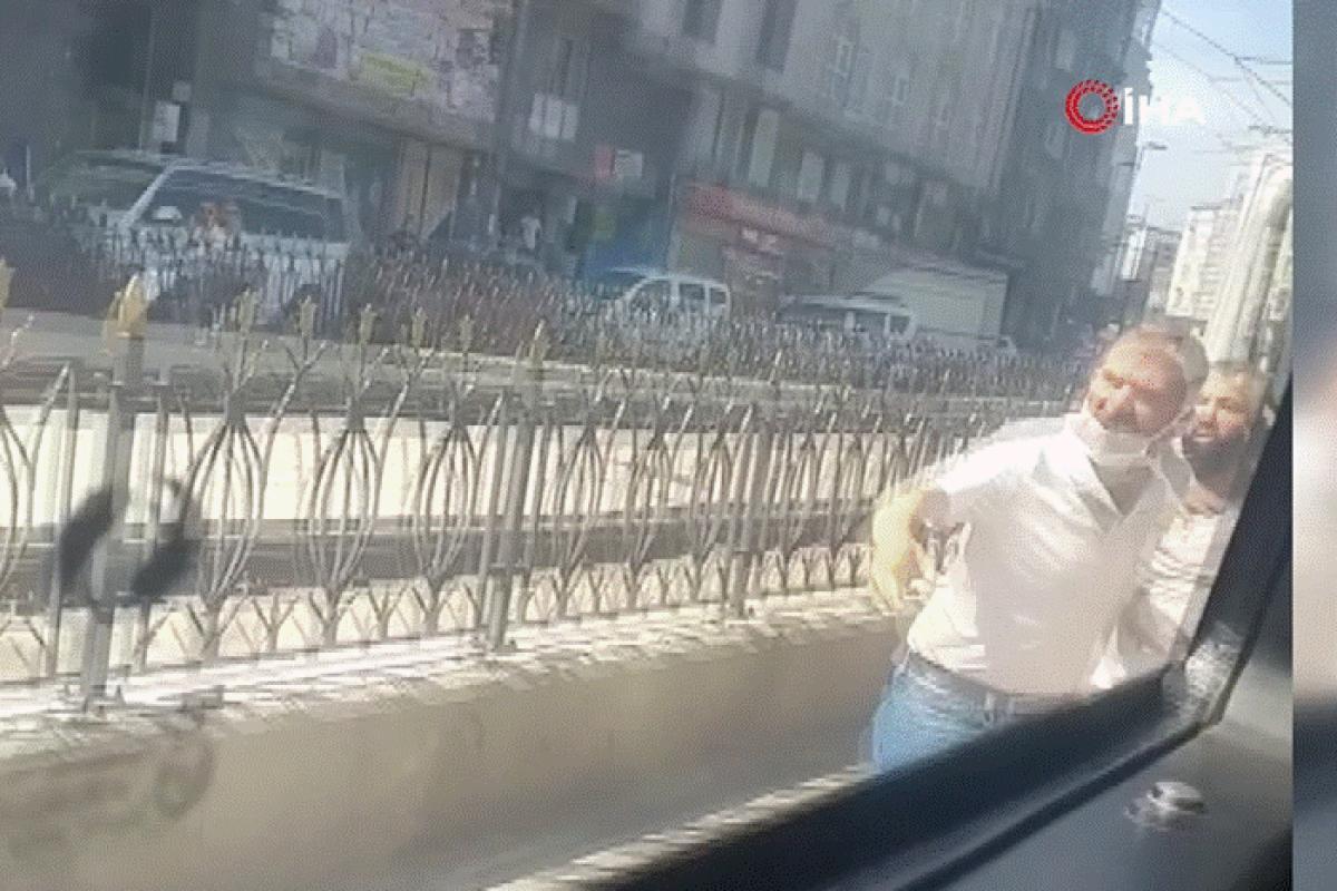 Minibüs şoförleri kavga etti, yol trafiğe kapandı
