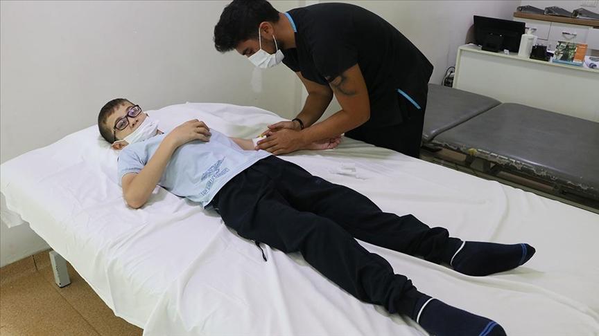 Savaş mağduru Muhammed'in yürümesi için iki ameliyat olması gerekiyor