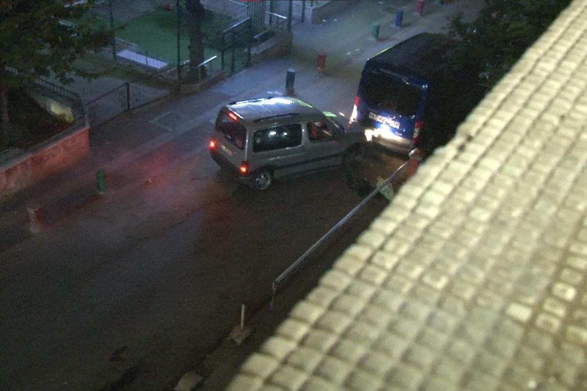 Alkollü sürücü önce araçlara sonra bariyerlere çarparak sokağı birbirine kattı
