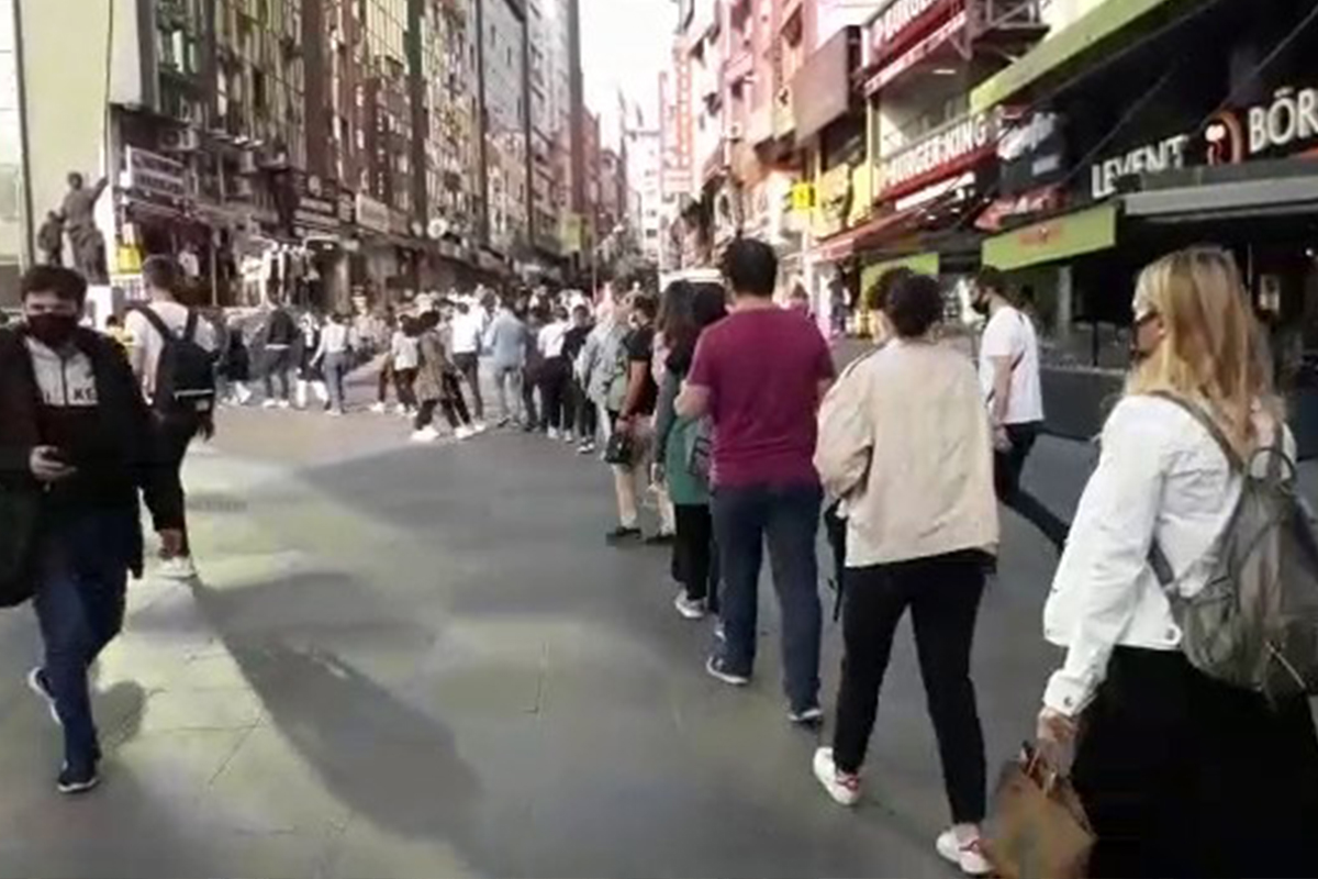 Şirinevler'de metrelerce uzanan otobüs kuyruğu kamerada