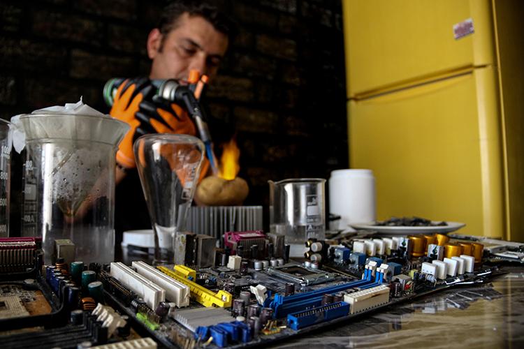 Teknolojik atıklardaki değerli madenleri geri dönüştürüyor