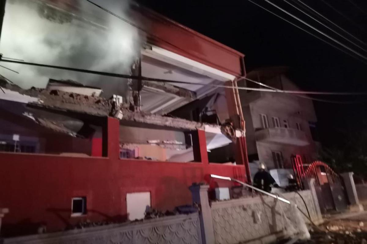 Doğalgaz patlaması 2 katlı binayı harabeye çevirdi: 2'si ağır 5 yaralı
