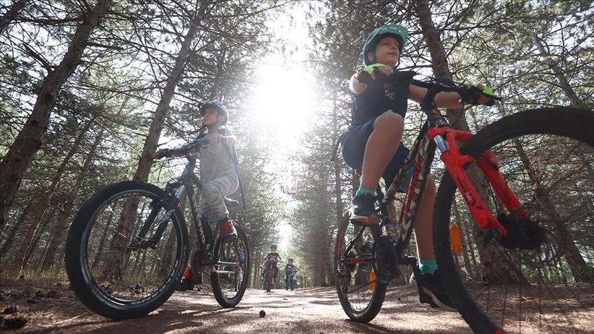 Sokakta bisiklet sürmeyi öğrenen çocuklar artık eğitim alarak pedal çeviriyor