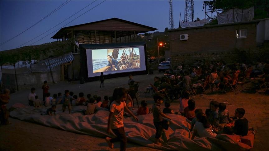 Diyarbakır'da çocuklar için köy meydanında açık hava sineması