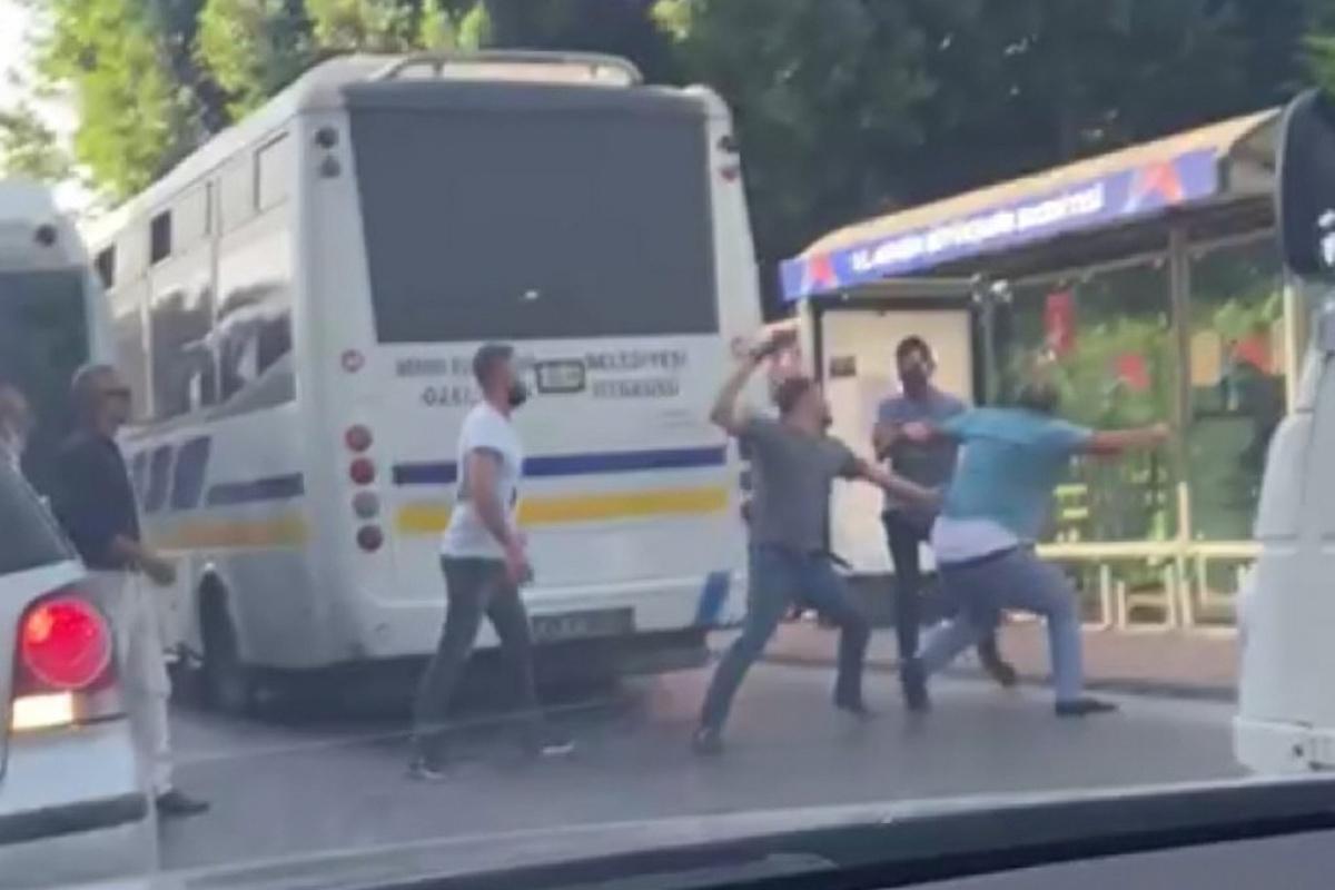 Halk otobüsü ile minibüs şoförünün yolcu kapma kavgası