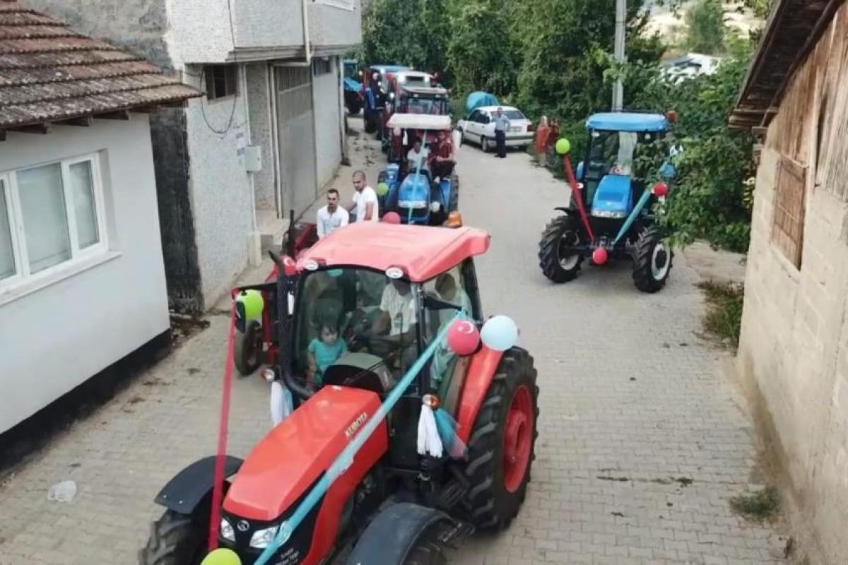 Traktörlerden oluşan sünnet konvoyu dikkat çekti