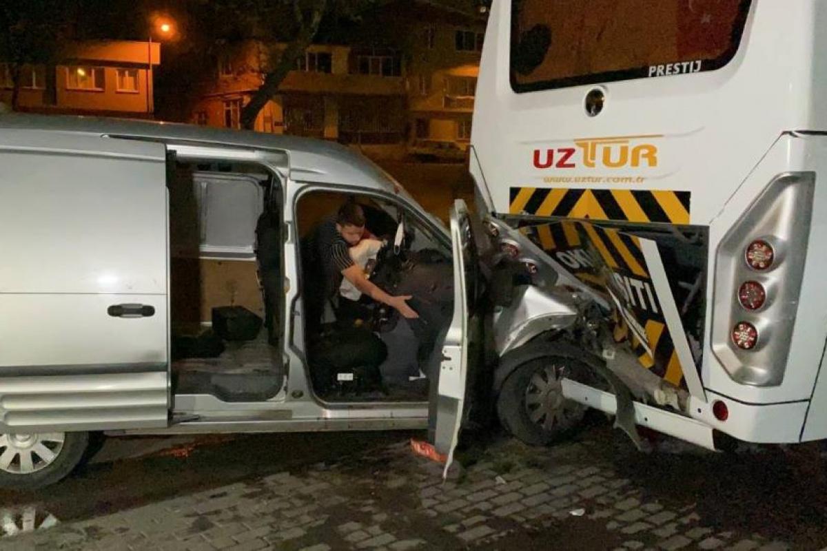 Kontrolden çıkan otomobil park halindeki otobüse arkadan çarptı: 1 ağır, 3 yaralı