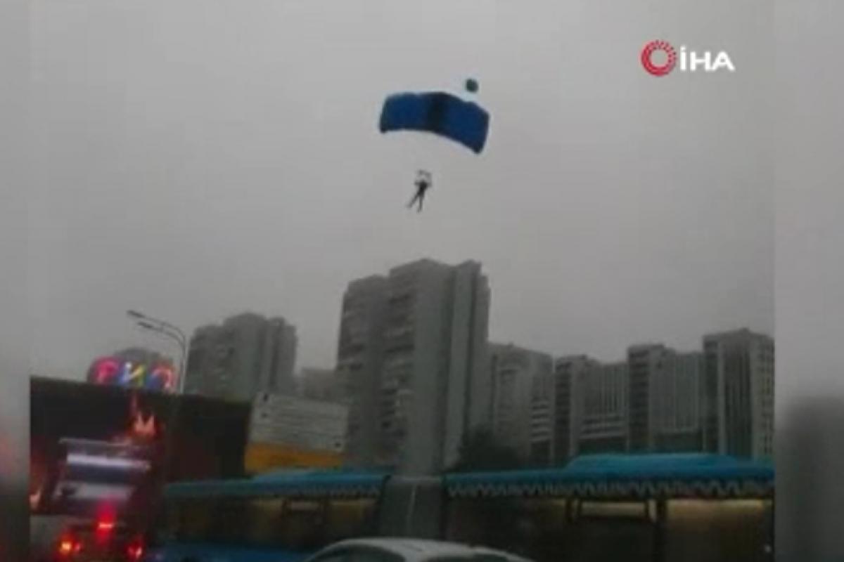 Fırtınaya yakalanan paraşütçüler caddeye iniş yaptı