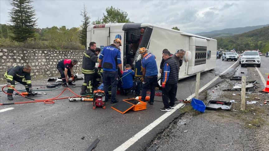 Bartın'da yolcu otobüsü ile otomobilin çarpıştığı kazada 3 kişi öldü