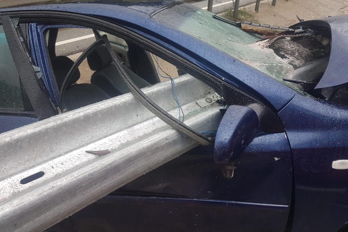 Otomobil bariyere saplandı, sürücü ve kızı ölümden döndü