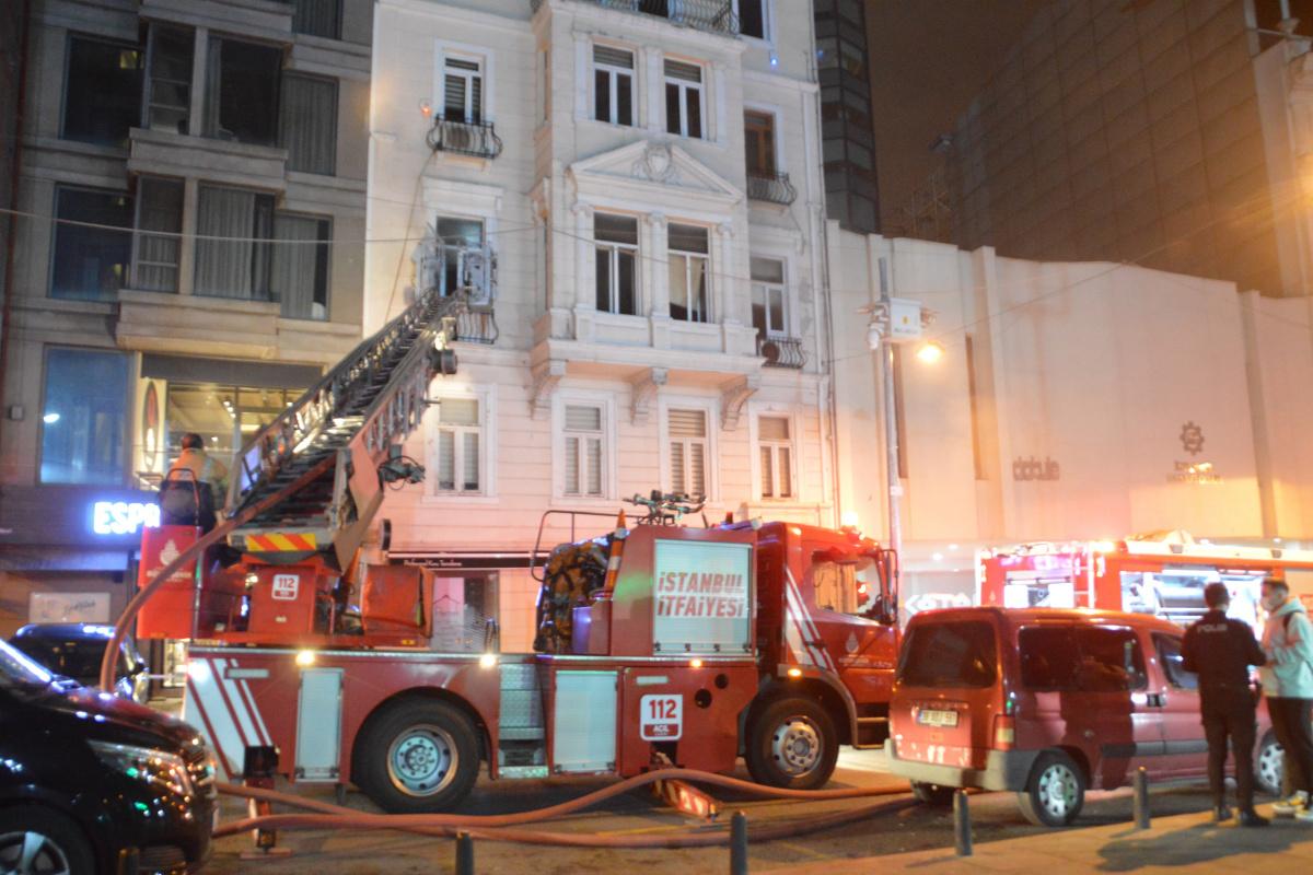 Emre Kınay'ın Oyunculuk Atölyesinin bulunduğu binada çıkan yangın korkuttu