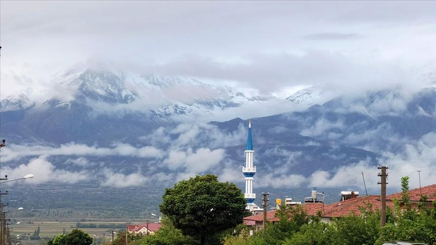 Erzincan ve Ardahan'ın zirvelerine mevsimin ilk karı düştü