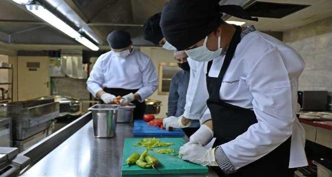 Geleceğin turizmcileri taşımalı sistem okullarının sıcak yemek ihtiyacını karşılıyor
