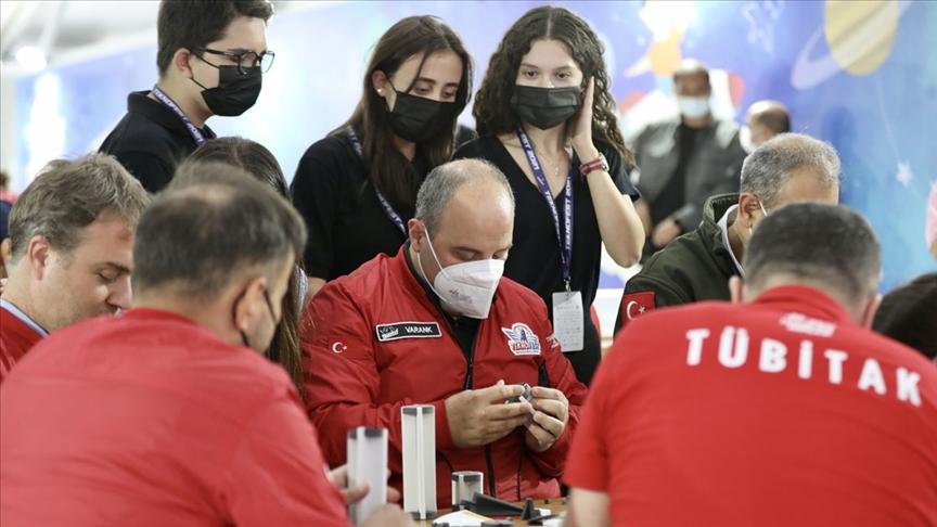 Bakan Varank, TÜBİTAK SAGE'nin TEKNOFEST'teki atölyesinde gençlerle roket tasarladı