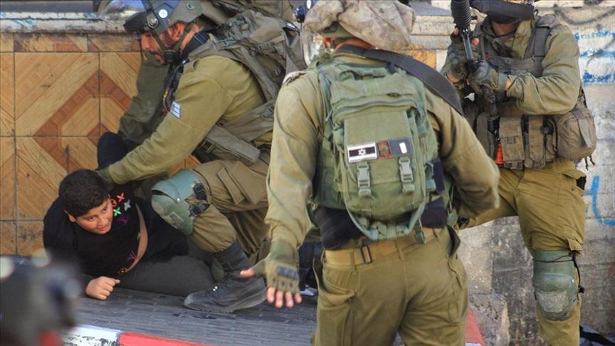 İsrail askerleri El-Halil'de on yaşındaki Filistinli bir çocuğu darp ederek gözaltına aldı