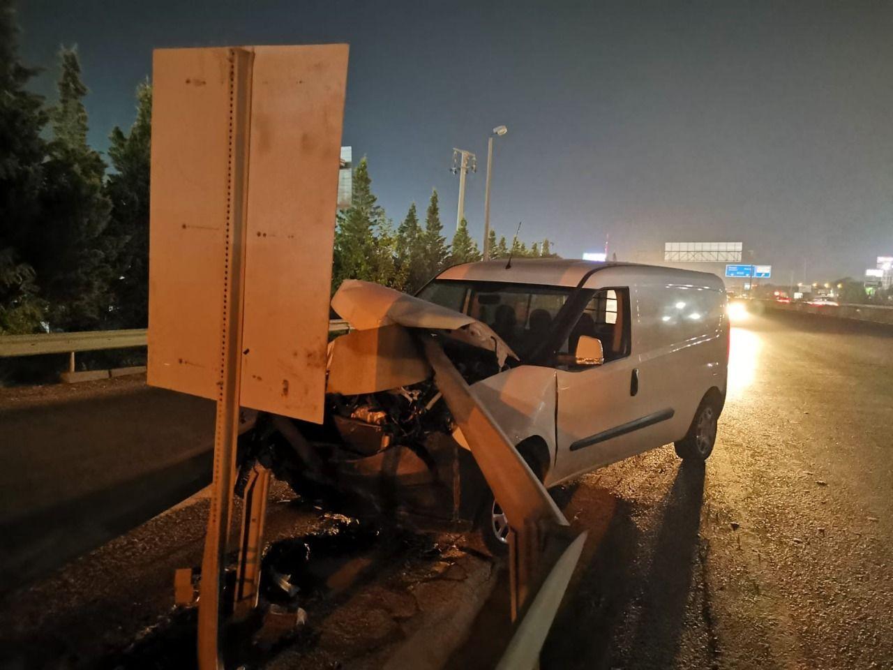 Gebze'de bariyerlere saplanan  araçta hasar oluştu.