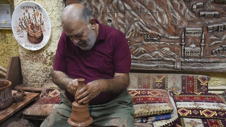 Çömlek yapımı ve çini işlemeciliğiyle Türk kültürünü dünyaya tanıtıyorlar