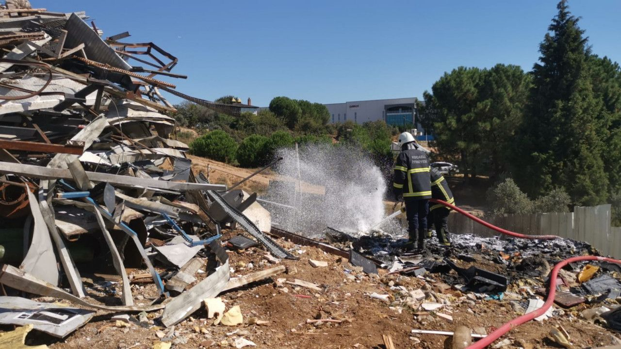 Çayırova' Hurda Deposunda Yangın Çıktı