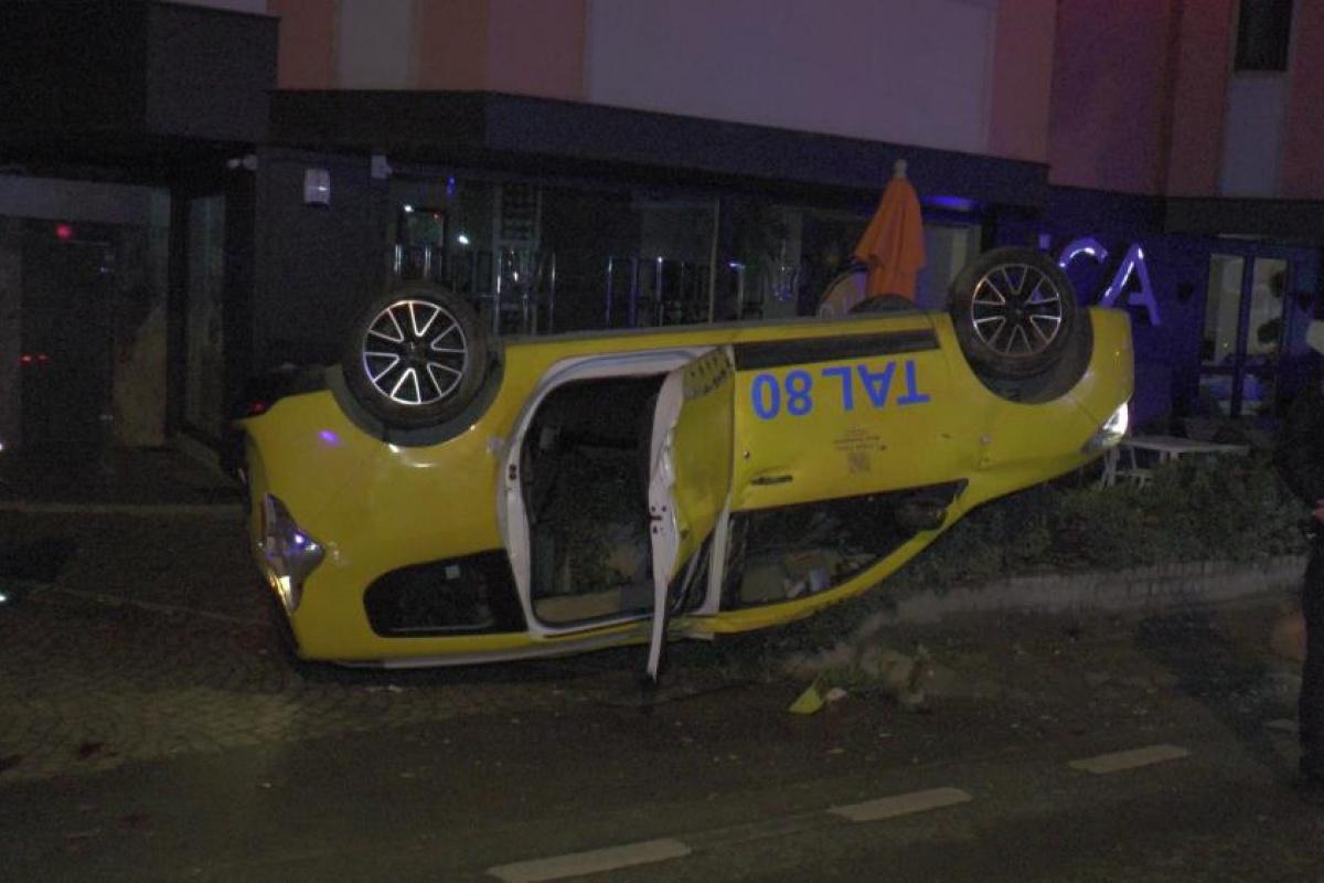 Kadıköy'de ticari taksi takla attı: 1 yaralı