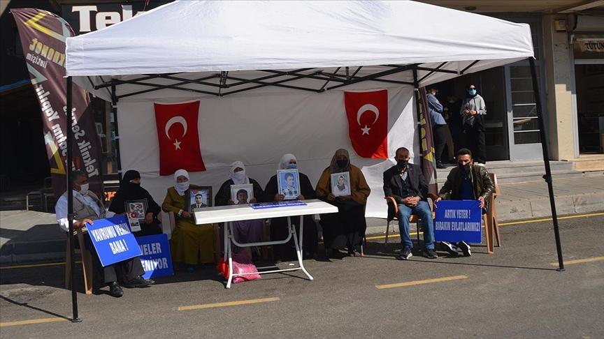 Muş'ta çocukları PKK'lı teröristlerce kaçırılan aileler HDP önünde eylem yaptı
