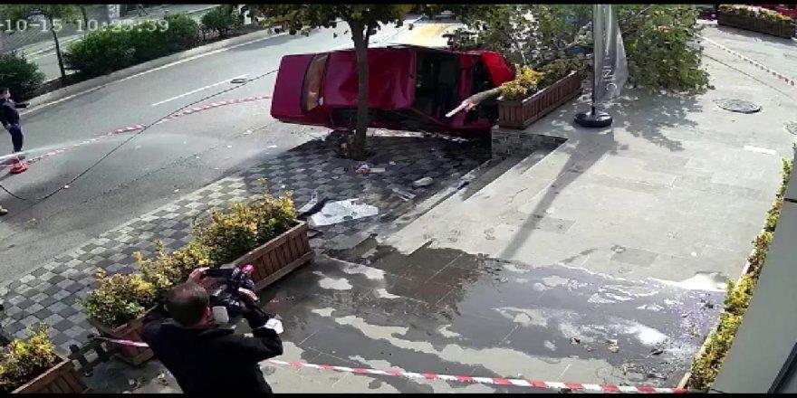 Tuzla'da otomobilin kaldırımdaki ağaçlara çarpıp yan yattığı anlar kamerada