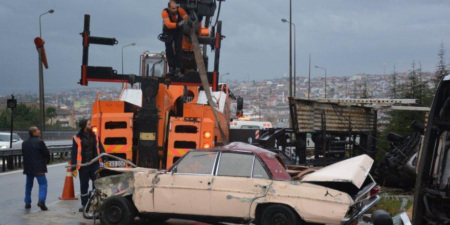 Arızalanan aracı yolcularla birlikte taşıyan çekici TEM'de devrildi