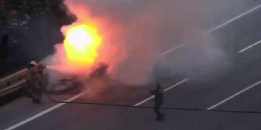 TEM'de otomobil alev alev yandı, trafik kilitlendi