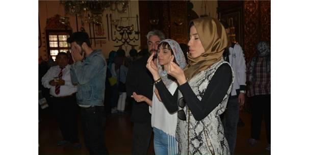 Ünlü Şarkıcı Mevlana Türbesi'nde Dua Etti..