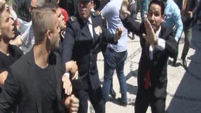 Şehit Polisin Cenaze Töreninde Tekmeli,Yumruklu Kavga !