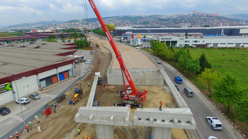 Outlet Center Kavşağı'nın  köprü kirişleri yerleştiriliyor