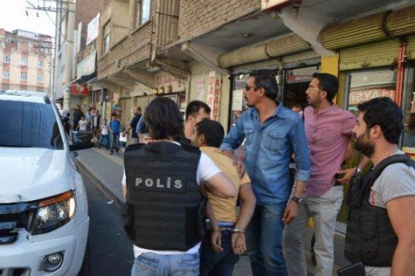 NEFES KESEN OPERASYON .. POLİS GÖRDÜĞÜ ŞÜPHELİYİ AFFETMEDİ !
