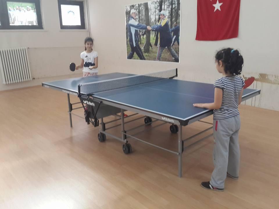 Çocuklara masa tenisi eğitimi veriliyor