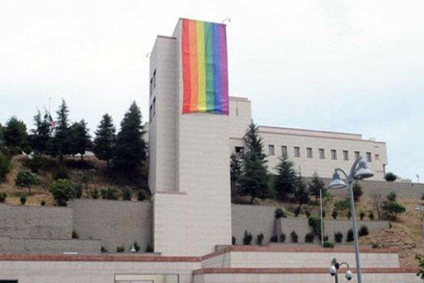 BÜYÜK ŞOK YAŞANDI ! O KONSOLOSLUĞA LGBTİ  BAYRAĞI ASILDI ....