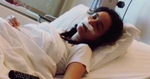 Güzel oyuncuyu hastane yatağında şakaladı!