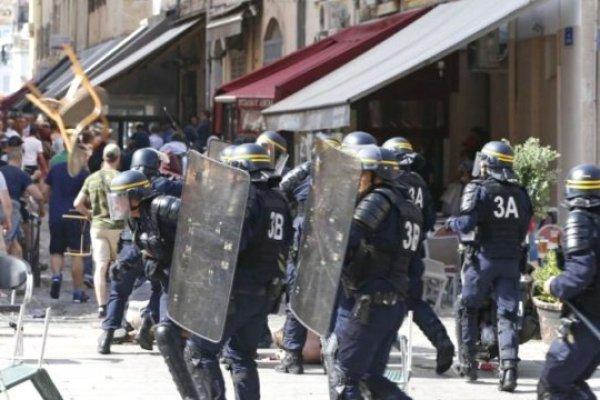 İngiliz Taraftarlar Fransız Polisiyle Birbirine Girdi