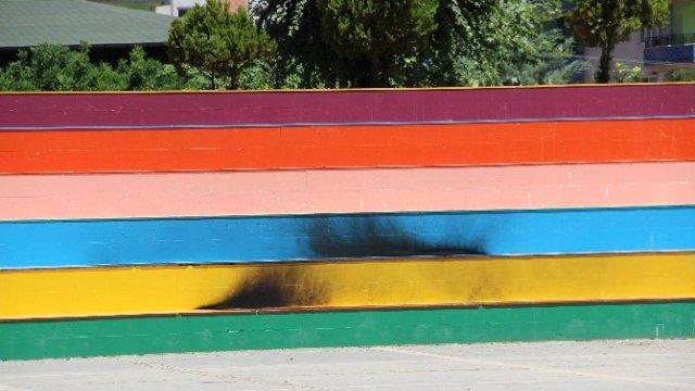 LGBT RENKLERİNE BOYANAN MERDİVENLER YAKILDI !